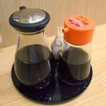 カネイ池内 - 卓上に常備されている調味料類
