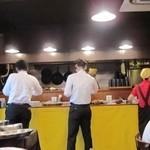 開運1円カレー - カウンターに料理が並んでいます
