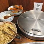 開運1円カレー - 唐揚げとかスパゲティ、大きな容器には白飯