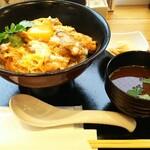 Oyakodongottsutabenahare - 厳選たまごと軍鶏の親子丼 1200円、ご飯大盛り無料になります