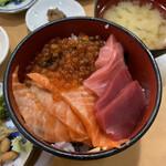 朝市の味処 茶夢 - 北海丼1,600円の、カニを黒マグロに変更 +300円 →1,900円