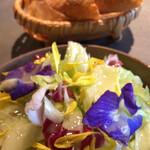137361581 - レタス、トレビスと花の彩り美しいランチのサラダ