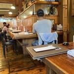 網元料理あさまる - 店内写真。 カウンターにアクリルスタンド  入れる人数も少し絞って入れているが…  お昼時は結構入ってますね。
