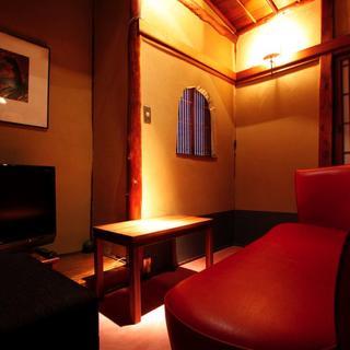 個室のお席もご用意しております。ごゆっくりとお酒をお楽しみください。
