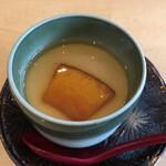 うちげの料理 八塩 - カボチャのすりおろしが下層より現れて、和と洋の融合です。