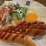 Cafe 季庵 Sweets Room - 料理写真:ホットドッグ、目玉焼き、サラダ