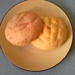 1374089 - メロンパンとイチゴメロンパン