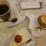 13742026 - いちごのショートケーキ、サヴァラン、コーヒー