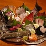 大阪産(もん)料理 空 - 漁師さんから直接仕入れるお魚でお造りの盛合せ。