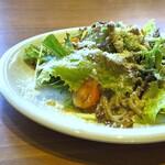 イタリアン食堂 NUKUNUKU - ◆サラダ・・レタスが主ですが、炒めてお味を付けたエノキ、ミニトマト、上にはチーズもかけられています。 ちょっと手間を加えてあるのがいいですね。