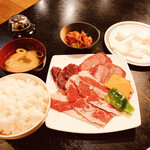 七厘 - 牛盛り合わせ定食 1080円