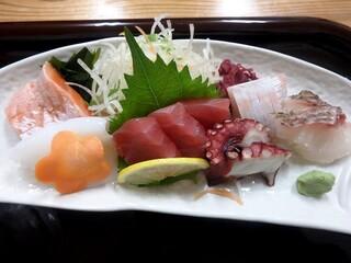 小さな和風レストラン 笑福 - サーモン、烏賊、赤身、カンパチ、蛸、真鯛