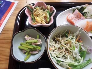 小さな和風レストラン 笑福 - サラダ、ニラもやし卵炒め、アスパラベーコン