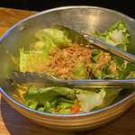 炭火とワイン 京都駅前店 - お通しのサラダ。さっぱりドレッシングも良い塩梅♪