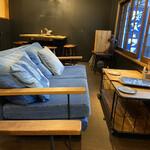 炭火とワイン 京都駅前店 - 店内。2階のお席です(^-^)デニムのソファが可愛い♡