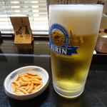 稲毛屋 - 生ビール(柿の種付き)