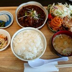 MAY30. - 料理写真:牛すじ煮込みと鶏竜田揚げ定食(税抜950円)