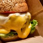 自由が丘バーガー - チーズバーガーRegular@1,500円+白糖酪恵舎のスカルモッツァ(燻製)@500円