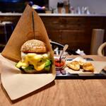 137449022 - チーズバーガーRegular@1,500円+白糖酪恵舎のスカルモッツァ(燻製)@500円:全景。フレンチフライ&ケチャップ付