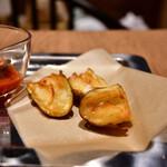 自由が丘バーガー - チーズバーガーRegular@1,500円+白糖酪恵舎のスカルモッツァ(燻製)@500円:全景。フレンチフライ&ケチャップ付