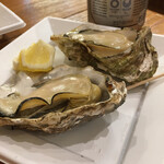沖野水産 - 焼き牡蠣、店内では2個500円、 外では400円。