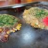 うるおいてい - 料理写真:左:うるおいお好み  右:うるおい焼きそば 焼きそばの中に、半熟卵が隠れてます。