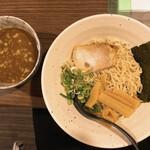 りょう二郎 - 料理写真:つけ麺 背脂浮いて 少ないと思うこの店なら