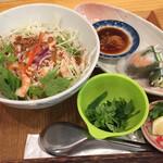 PHO CHAN - 汁なしのトムヤムフォー 生春巻き、セットで¥900台  繊細な美味しさ。カレーセットはボリュームありそうでした