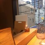 ビストロ お野菜と. - 窓から、神楽坂の通りが見えます。