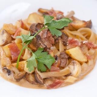 自家製生パスタや旬食材の逸品など、多彩なイタリアンが並びます