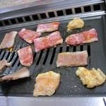 焼肉幸栄 - 上カルビとホルモンを焼く。無煙ロースター