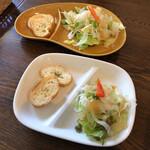バニヤン - サラダとカリカリガーリックトースト