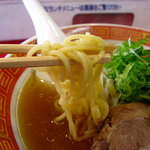 笑軒 - 麺は少し縮れていて多加水気味の黄色い麺。つるっとした食感でコシもあります