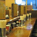 夢っ志愈亭 - カウンターとテーブル席 結構古いお店ですが清潔感があります。