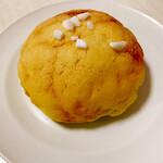137504393 - メロンパン。粗く砕いた角砂糖がアクセント。