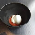 137517344 - 一品目。トマトの冷たいお料理。トマトには 一切 塩を使ってないのですが トマト自体の味を濃密に感じられてグッド。
