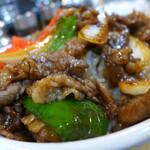 早田飯店 - 料理写真:凄いボリューム!牛肉の甘辛炒め丼(850円)