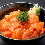 板前寿司 離れ個室 - 漬けサーモン丼