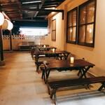 琉球焼肉なかま - 開放的なテラス席