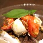 Focacceria la Brianza - カプレーゼ、赤タマネギとブラックオリーブのサラダ仕立て