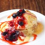 ベシャメルカフェ - 【Pancake】 ブリュレパンケーキ80's ベリー添え