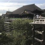 137568462 - 清水寺は大舞台の床の張替え工事中。ん?2、30年前にも同じ光景を見た気がする。
