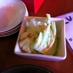 Tenkushinishioka - 手羽先スープカレー 付け合せのキャベツ