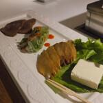 牛三郎 - 前菜 生春巻き・牛たんジャーキー・クリームチーズといぶりがっこ