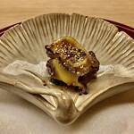 Yasuke - 蒸し鮑(間人)とホウレン草〜間人産の鮑を酒で蒸したもの。七味が珍しい。ホウレン草とは色合いが合って良い感じ。軽く歯応えを残した鮑は、じわっと海の香りが滲み出る。