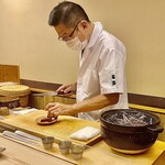 Yasuke - ご主人の大賀さん。鰹はその場で藁焼きに。