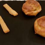 137595394 - チーズパイとラクレットチーズを挟んだシュー                       チーズの味が広がって絶品!!