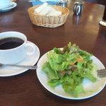 バツ - サラダ、コーヒー、パン