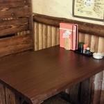 季りとおし - 店内は落ち着いた木のテーブルとカウンター。