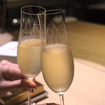 137616652 - シャンパンで乾杯